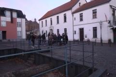Vor der weißen Schule am Margaretenplatz