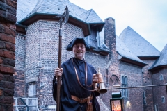 Der Linner Nachtwächter vor Burgkulisse