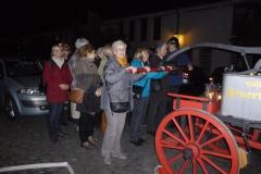 Besuchergruppe mit Feuerwehrwagen