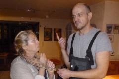 Auf dem Foto wird Hilfsnachwächterin Monika Cleven von Hobbyschreiner Thomas Bömer in die neue Halsgeige gesperrt.