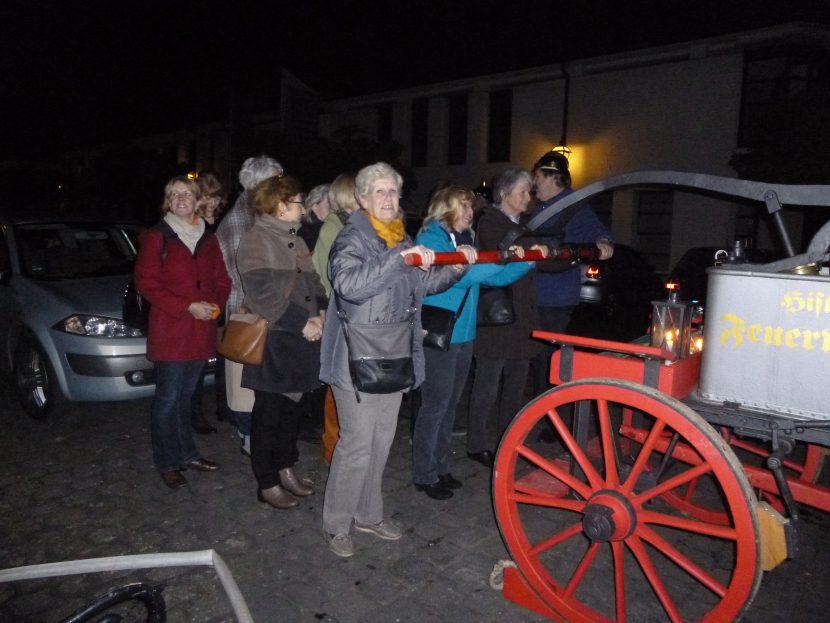 Besuchergruppe mit Feuerwehrwagen - Hat das mit der Pest zu tun?