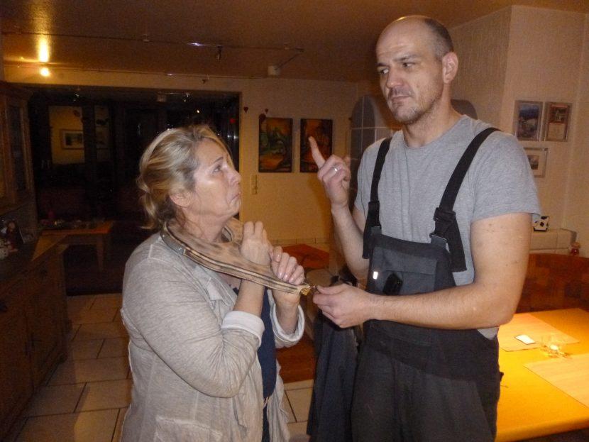 Hilfsnachtwächterin mit Halsgeige