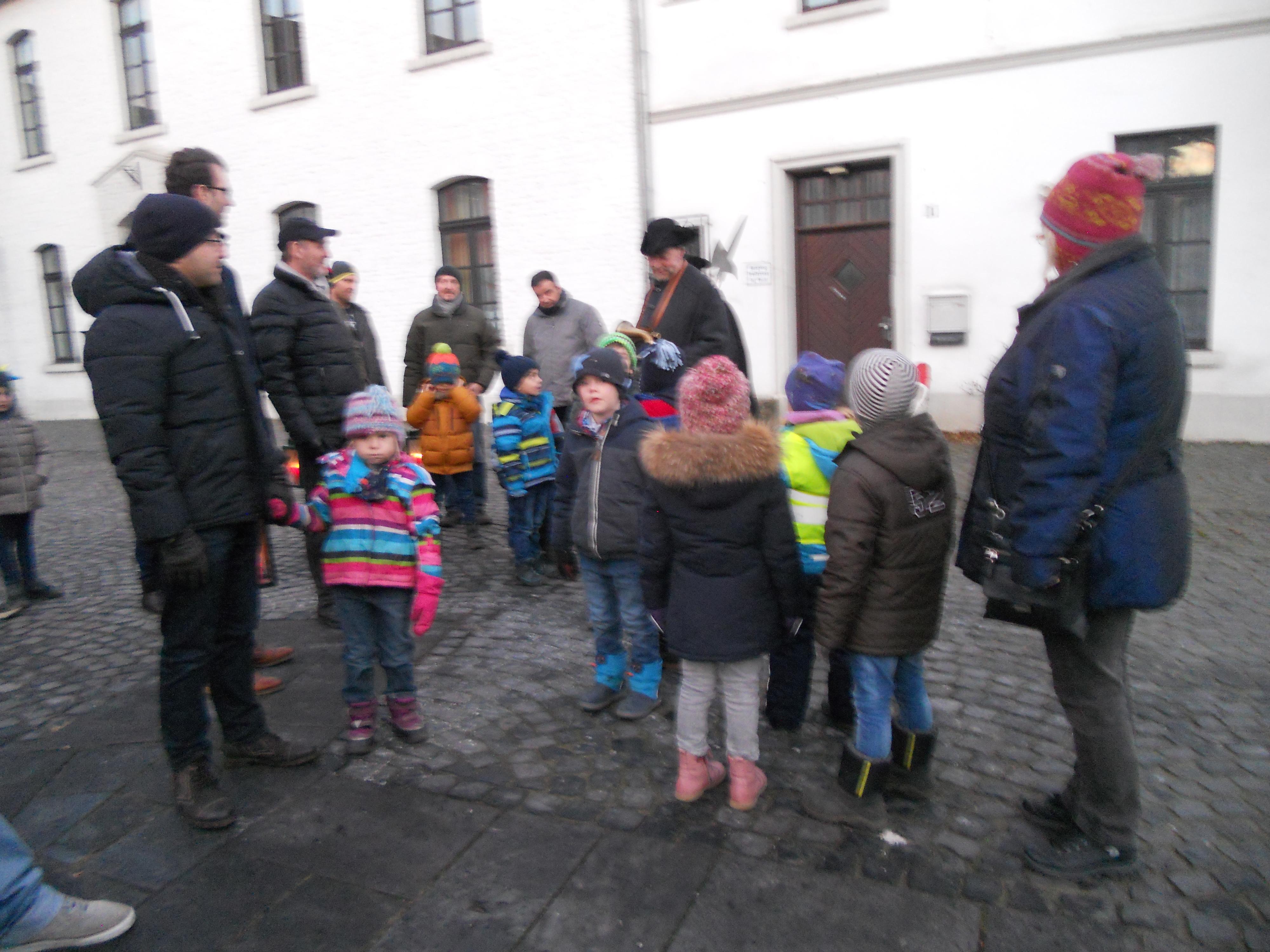 Interessierte Zuhörer beim Kindergartenrundgang